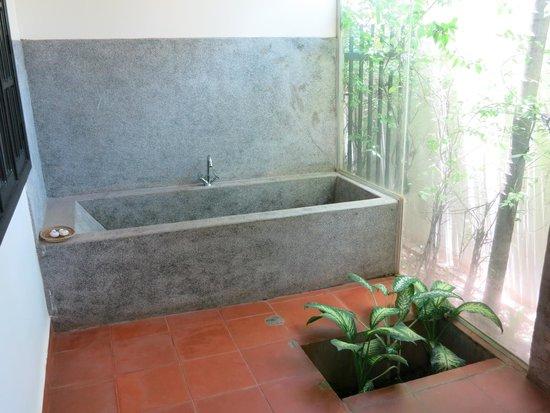 Angkor RF Boutique Hotel: Bathtub