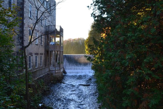 Millcroft Inn & Spa: Waterfall and walk to the restaurant