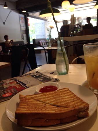 Bar Boon: Decent cafe to sit down n chill after tiring shopping in bogyoke market. N they serve great cupp