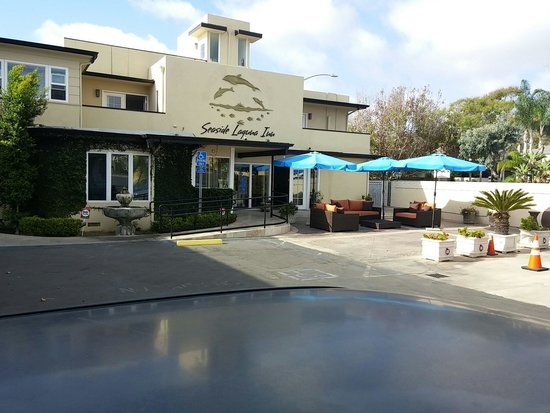 Seaside Laguna Inn & Suites : Lobby & outdoor guest patio. Table on the ground & furniture dirty.