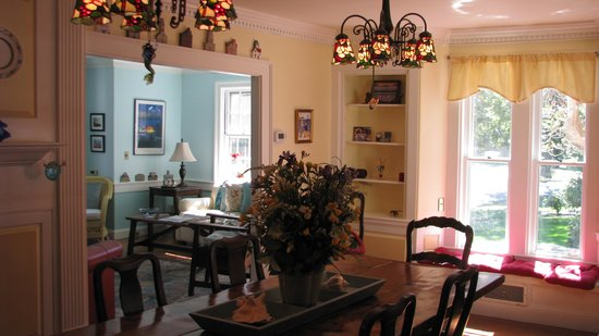 The 1750 Inn at Sandwich Center : Dining room looking toward the living room