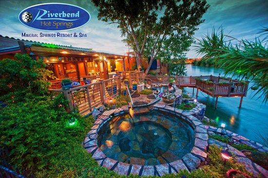 Riverbend Hot Springs: Evening by the springs