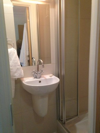 Queensway Hotel: the bathroom