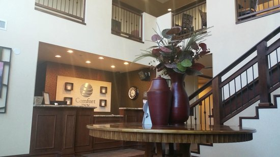 Comfort Inn Downtown: Welcoming entrance with a ski lodge ambience
