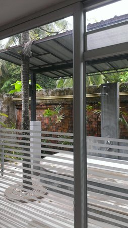 Lanta Sand Resort and Spa: view from the bathroom, outdoor and indoor shower