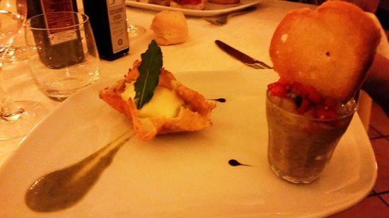 Enoteca Ristorante Gallo Nero: Caviale di melanzana alla menta + cestino di Grana con crema al sedano e brie