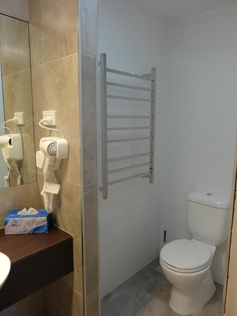 Gin Gin Central Motel : New Standard Room Bathrooms