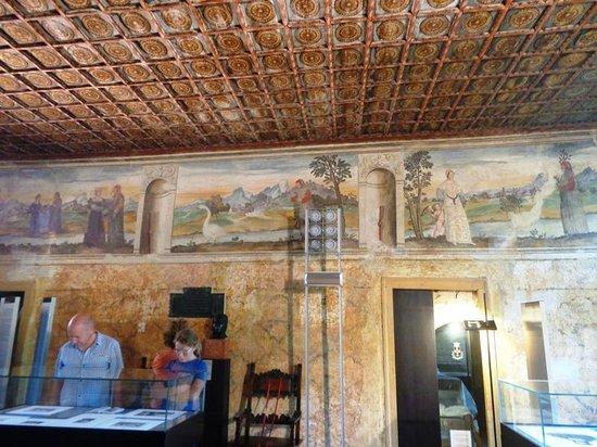 Casa del Petrarca: Affreschi e soffitto della Sala delle visioni