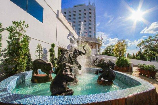 Thong Tarin Hotel: บริเวณน้ำพุหน้าโรงแรม