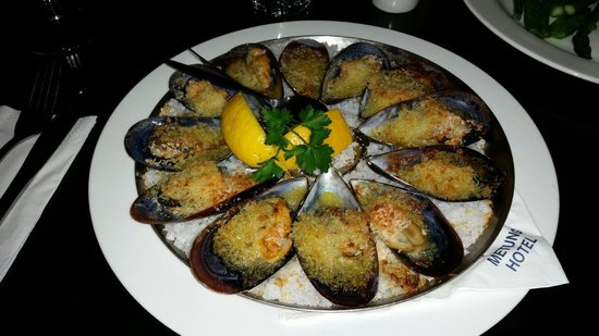 Metung Hotel: Baked local mussels in a garlic butter,  oh my, they were so good
