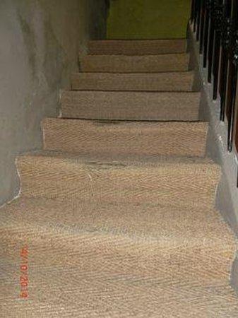 Hotel Saint Trophime : Tapis escalier vers 2eme étage