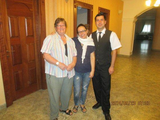 Hotel Cualbu : Alison with the staff