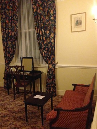 Best Western Royal Victoria Hotel: Sitting room area, with tv.