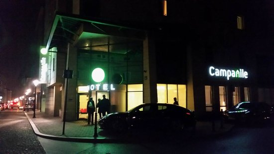 Campanile Krakow: Hotel z zewnątrz nocą