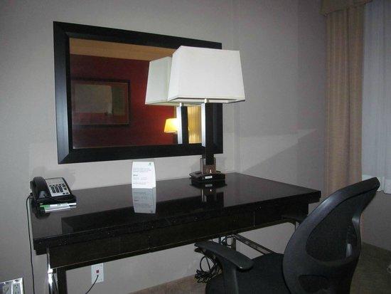 Holiday Inn Hotel & Suites Anaheim - Fullerton: desk