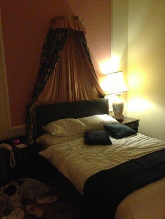 Best Western Royal Victoria Hotel: The bedroom with en suite bathroom & walk in wardrobe