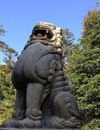 Keta Taisha Shrine: 反っている狛犬