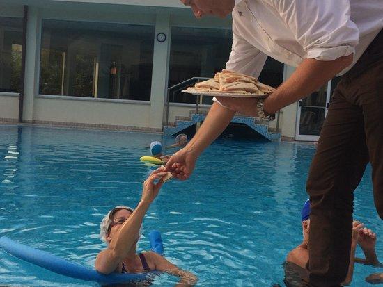 Hotel Aqua : Ежевечернее угощение прямо к бассейну