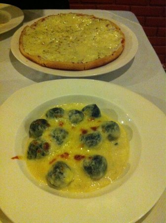 Arcobaleno Italian Restaurant : 4 cheese pizza and spinach cream source