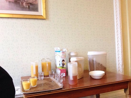 "Bay Royal Whitby Hotel: Unacceptable ""continental buffet"" on filthy trays/table"