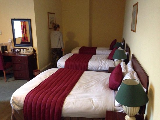 Bay Royal Whitby Hotel: 3 beds in a double room? The double bed was broken. Good job there were 2 more.