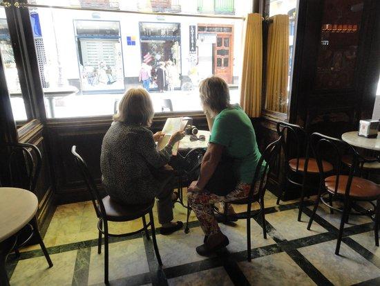 Gran Cafe: Isabel de la Llave e Inés Melado disfrutando del café