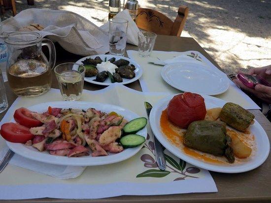 Taverna Gefyra Preveli: Долма, осьминоги, фаршированный перец