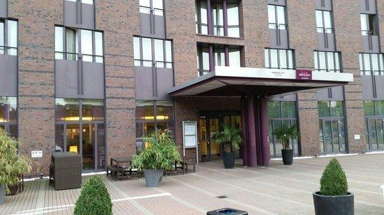 Mercure Hotel Hamburg City: Vista frontale dal parcheggio esterno
