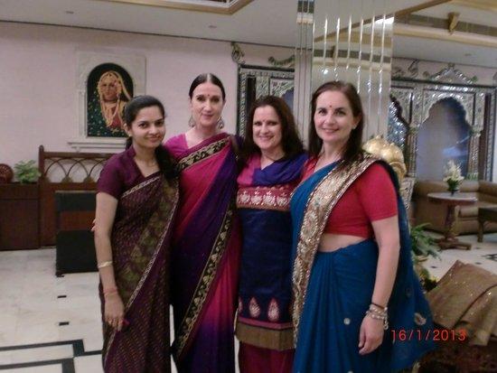 Empires Hotel Bhubaneswar: Lobby Empires Hotel mit einer Mitarbeiterin