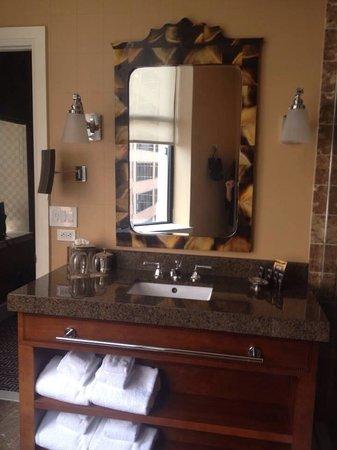 Kimpton Hotel Monaco Baltimore Inner Harbor : Mediterranean suite bathroom
