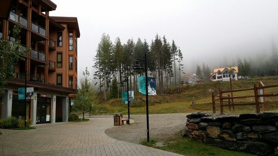 The Sutton Place Hotel Revelstoke Mountain Resort: Hinter dem Hotel.