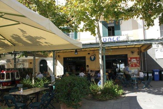 Pizzeria da Vale: la pizzeria vista da fuori con i tavoli all'aperto