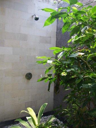 Villa Bali Zen Kerobokan: La douche extérieure