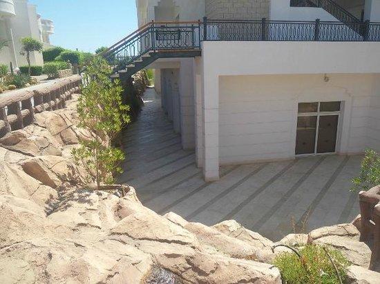 تروبيتل نعمة باي: uphill and down steps to exec restaurant under 900 block