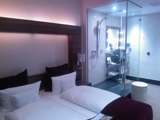 Fleming's Deluxe Hotel Wien-City: Room and shower