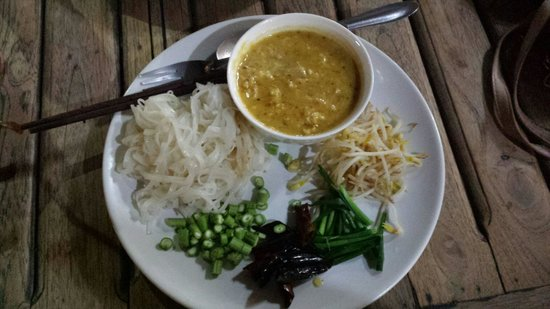 Su Chilli: Red curry in peanut sauce and rice noodles