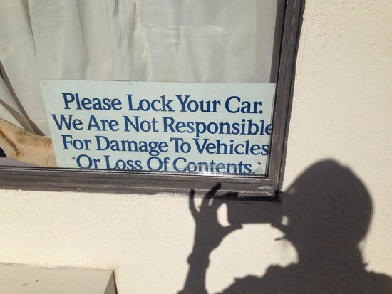 Red Carpet Inn Opelika: Warning in the parking lot! Lock your car!