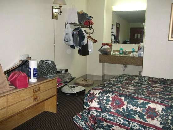 Econo Lodge: our room - excuse the mess :)