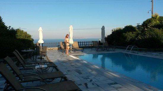 Anthonas Apartments : piscine - vue chambre