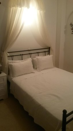 Anthonas Apartments : chambre