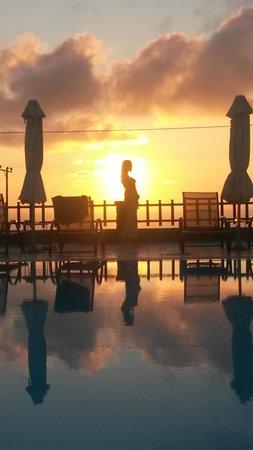 Anthonas Apartments : levé du soleil sur piscine