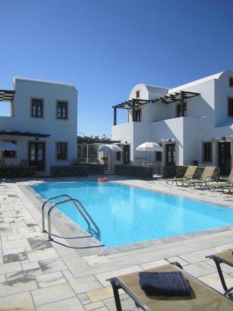 Anthonas Apartments : piscine avec chambres autour