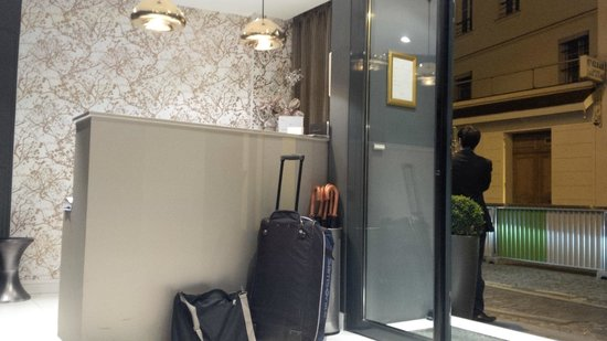 Villa des Ambassadeurs: the one-person front desk and street view
