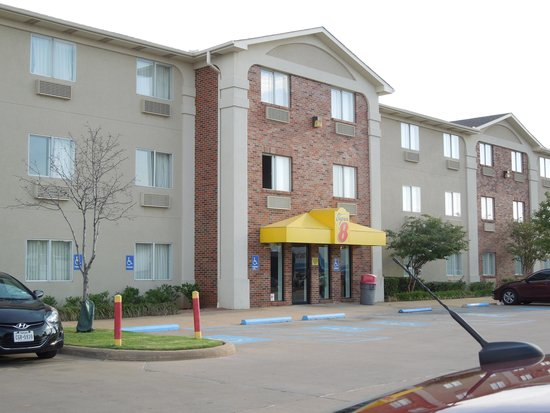 Super 8 Wichita Falls: Front of hotel