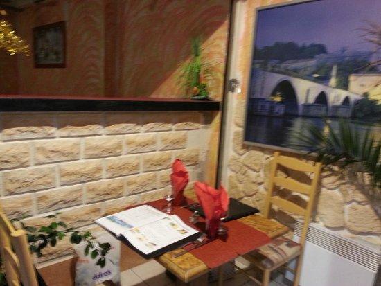 Lamourmandise : Notre table avec vue sur l'église à l'extérieur