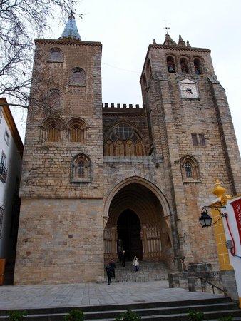 Sé Catedral de Évora : Фасад собора