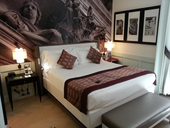 Hotel Indigo Rome - St. George: Room 211 Bed & Painting