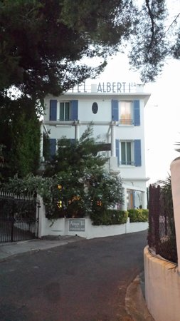Hotel Albert 1er Cannes: Our room was top left window.