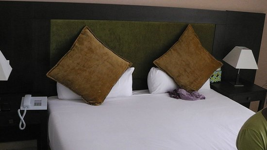 Hotel Rawabi Marrakech & Spa : Extra large bed