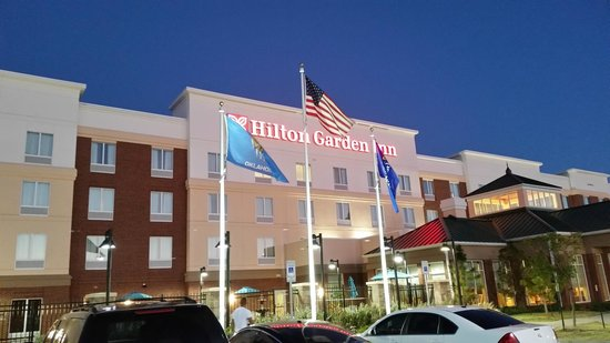 Hilton Garden Inn Lawton-Fort Sill: Hotel face at night with flags